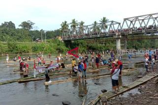 Memikat wisatawan dengan lomba rakit tradisional
