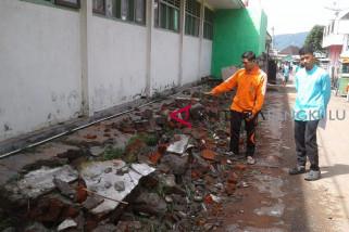 Banjir robohkan pagar sekolah di Curup