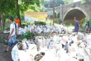 100 Karung Sampah Terkumpul di Sungai Ciliwung