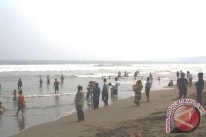 Wisatawan Padati Objek Wisata Palabuhanratu Sukabumi