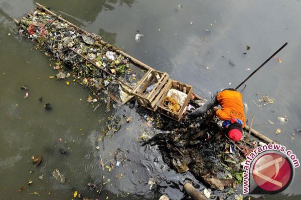 Delapan ton sampah dievakuasi dari Kali Bekasi