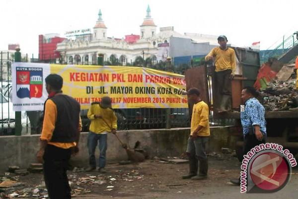 Bogor (Antara) - Petugas dari Pemkot Bogor membersihkan puing-puing ...