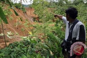 Waduh, Dua Rumah Terancam Ambruk Akibat Longsor