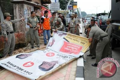 Panwaslu-satpol Karawang Tertibkan Alat Peraga Kampanye Liar