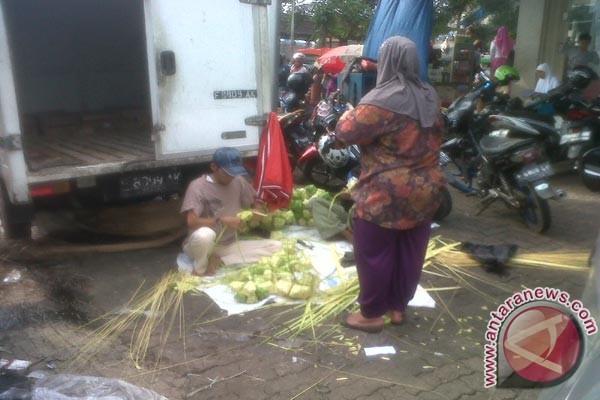 Warga kampung ketupat kebabjiran pesenan jalang lebaran