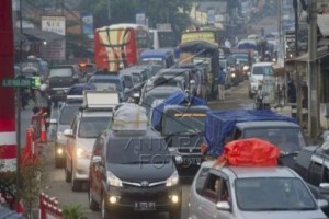 Jalan Arteri Karawang Dipadati Kendaraan Arus Balik