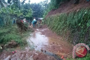 Waduh, Jalan Alternatif Menuju Gunung Padang Longsor