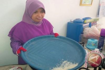Dewi Berikan Kesaksian Terkait Peredaran Beras Plastik