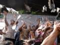 Gubernur Jawa Barat (Jabar) Ahmad Heryawan (kedua kiri) dan Walikota Bogor Bima Arya (kiri) bersama warga melepas 70 ekor burung merpati dalam kegiatan Roadshow Hari Jadi Provinsi Jabar ke-70 di jalan Djuanda, Kota Bogor, Jabar, Minggu (14/6). Roadshow yang diikuti oleh berbagai pameran inovasi dan kekayaan seni budaya Jabar tersebut untuk memperingati Hari Jadi Provinsi Jabar ke-70. (Foto Antara/Jafkhairi)