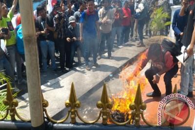 Demonstran Sebar Tikus Ke Halaman Kejari Bekasi