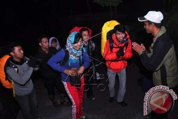 Puluhan Pendaki Terjebak Kebakaran Lereng Gunung Slamet