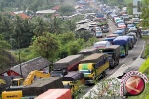Pengusaha truk hentikan operasional sebelum larangan melintas