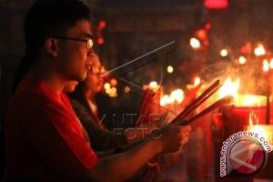 Puluhan Warga Bekasi Berebut Angpao Di Klenteng