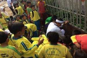 Pelajar Purwakarta Bersih-Bersih Lingkungan Peringati Hardiknas