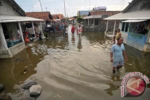 Puluhan Keluarga Karawang Mengungsi Akibat Banjir Rob
