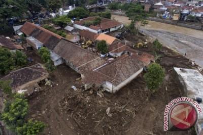 Presiden Joko Widodo Tinjau Penanganan Korban Banjir Garut