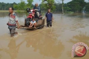 Ojek Gerobak Di Lokasi Banjir