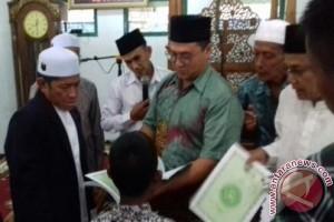 Bupati Erzaldi Bagikan Ribuan Al Quran
