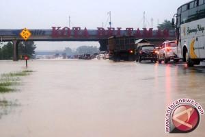 Operator Tutup Dua Jalur Jakarta-Cikampek Terendam Banjir