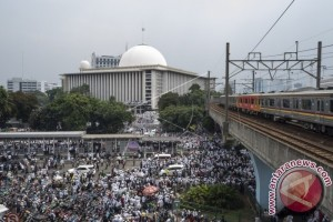 Peserta Zikir '112' Berjalan Kaki Menuju Masjid Istiqlal