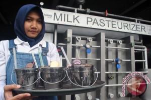 Menikmati Susu Dari Ember Mini