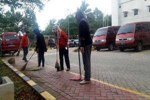 Ratusan Karyawan Alfamart Parung Bogor Bersih-bersih Kantor