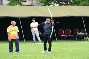 Presiden Jokowi Latihan Panahan Untuk Ikuti Kejuaraan
