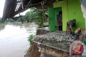 Tujuh Rumah Bekasi Terancam Abrasi Sungai