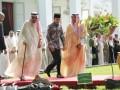 Raja Arab Saudi Salman bin Abdulaziz Al-Saud (kedua kiri) ditemani Presiden Joko Widodo (ketiga kiri) saat bersiap menanam pohon Ulin di halaman tengah Istana, Jakarta, Kamis (2/3/17). Pohon ulin yang ditanam dijuluki sebagai kayu besi yang merupakan kayu khas Kalimantan. (FOTO Liputan6.com/Angga Yuniar/POOL/Dok).