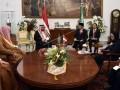 Presiden Joko Widodo (ketiga kanan) saat berbincang dengan Raja Salman bin Abdulaziz Al-Saud dari Arab Saudi (kedua kiri) dalam pertemuan empat mata di Istana Bogor, Jawa Barat, Rabu (1/3/17). Presiden mengatakan bahwa kunjungan tersebut menjadi titik tolak bagi peningkatan hubungan kerja sama Indonesia dan Arab Saudi. (ANTARA FOTO/Puspa Perwitasari/Dok).