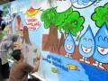 Sejumlah peserta mengikuti Festival Mural dan Grafiti di Kampung Seseupan RW 08, Desa Bendungan, Ciawi, Kabupaten Bogor, Jawa Barat, Minggu (19/3). Festival yang diikuti puluhan peserta dari wilayah Jabodetabek di tembok sepanjang 60 meter untuk memperingati Hari Air Sedunia serta sebagai ajang kreativitas anak muda dan mengurangi vandalisme. (ANTARA FOTO/Arif Firmansyah/foc/17).