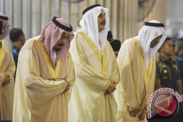 King Salman Gives Kaaba Cover To Istiqlal