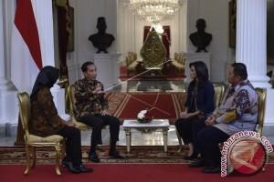 Jokowi Dan SBY Mengobrol Di Beranda Belakang Istana Merdeka