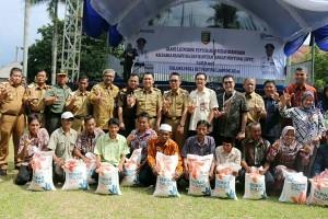 Penyerahan Beras Masyarakat Pra Sejahtera Di Lampung