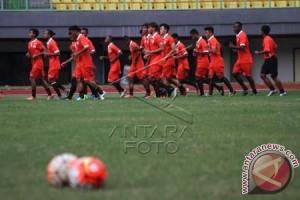 Suporter Persija Lempar Kembang Api Ke Lapangan