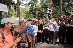 1.100 Petani Ngunduh Getah Damar Di Lampung