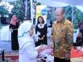 Rektor Universitas Pancasila, Wahono Sumaryono ketika memberi santunan kepada anak Yatim dalam acara silaturahmi berbuka puasa bersama Mitra, Media dan anak Yatim. (Humas Universitas Pancasila)