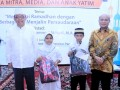 Ketua Yayasan Pendidikan dan Pembina Universitas Pancasila Edie Toet Hendratno (kiri) bersama Rektor UP Wahono Sumaryono ketika memberikan santunan kepada anak Yatim. (Humas UP)