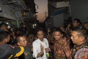 Presiden Bagikan Paket Sembako Di Cibuluh Bogor