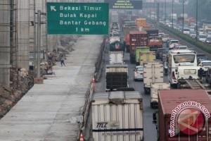 Truk pengangkut pipa hambat Tol Jakarta-Cikampek dievakuasi