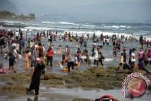 Wisatawan Padati Objek Wisata Laut Sukabumi