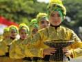 Anggota polwan berpakaian adat Aceh saat menampilkan tari Ranup Lampuan yang berkolaborasi dengan tarian tradisional lainnya pada peringatan HUT ke-71 Bhayangkara tahun 2017 di Banda Aceh. Selain tari tradisional, peringatan HUT Bhayangkara di Aceh juga menampilkan simulasi anti teror, ketangkasan mengemudi polri dan pameran 'Aceh Police Expo'.  (ANTARA FOTO/Ampelsa).