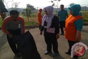 Bupati Bogor Bersihkan Selokan Stadion Pakansari