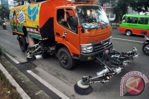 DKI Kerahkan Armada Penyapu Jalan Di Bekasi