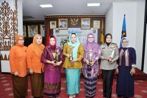 Ny. Yustin Ficardo Menerima Penghargaan Wanita Inspiratif Dari IKWI