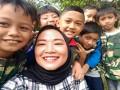Senyum ceria anak-anak saat mengikuti acara Roadshow FSC Goes to school di Sekolah Alam Ciomas Bogor, Jawa Barat. Acara Roadshow FSC Goes to school putaran ketiga kerjasama FSC dan Tetra Pak Indonesia untuk memberi pengetahuan mengenai kesadaran akan pentingnya hutan dan lingkungan dalam kehidupan manusia. (Foto Humas FSC).