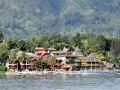Kawasan hunian untuk wisatawan yang berada di tepi Danau Toba, Pulau Samosir, Provinsi Sumatera Utara. Sejak 2016 Danau Toba dicanangkan sebagai salah satu dari 10 kawasan strategis pariwisata nasional yang menjadi prioritas Kementerian Pariwisata untuk dikembangkan. (ANTARA FOTO/Anis Efizudin/Dok).