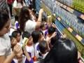 Anak anak sekolah TK Synantam yang didampingi oleh guru dan orang tua sedang memilih produk Tetra Pak yang berlabel FSC dalam salah satu program perlombaan belanja produk label FSC di LOTTE Mart Green Pramuka Square Jakarta. Acara Roadshow FSC Corner 2017 putaran ketiga diselenggarakan di LOTTE Mart Green Pramuka Square Jakarta merupakan bagian dari rangkaian program edukasi konsumen yang bertemakan #PeduliHutanBerawalDariRumah khusus untuk konsumen supermarket di Indonesia agar mengenali manfaat memilih produk bersertifikat FSC bagi kelestarian hutan. (Foto FSC Indonesia).