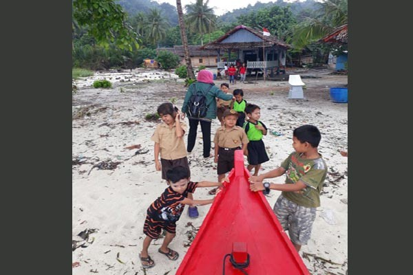 Sukarelawan Peduli Pendidikan Di Pulau Tegal Pesawaran Lampung (Video)