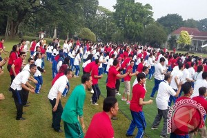 Presiden Joko Widodo Senam Bersama 540 Mahasiswa Di Bogor (Video)